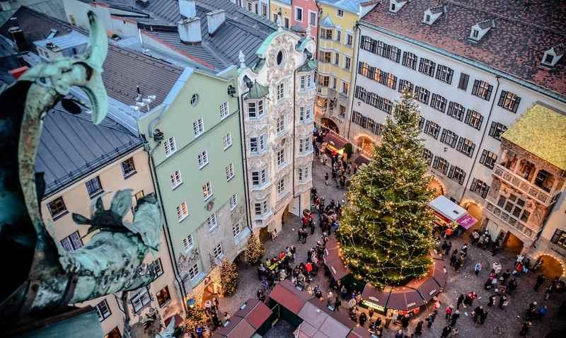 Blick auf den berühmtesten Weihnachtsmarkt Innsbruck beim Goldenen Dachl, Foto: Alexander Tolmo