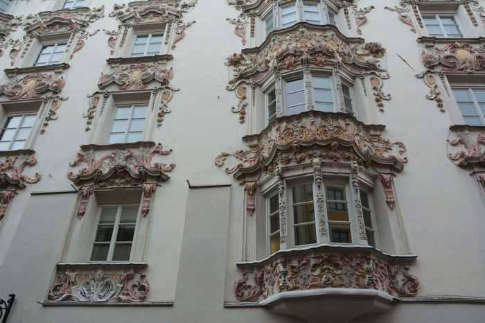 Viele Häuser in der Altstadt Innsbruck sind reich verziert - wenn auch nicht alle so schön ausschauen sind wie das Helblinghaus