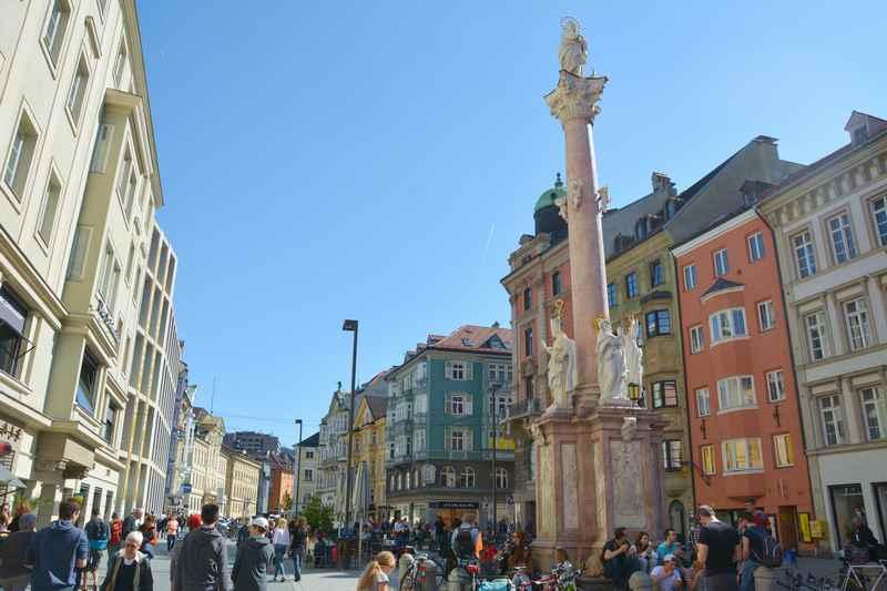 Die Annasäule Innsbruck in der Fußgängerzone Maria-Theresien-Straße