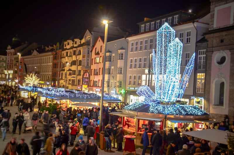 Sobald es dunkel ist, schön anzuschauen: Der Bergkristall auf dem Weihnachtsmarkt Innsbruck, Foto: Alexander Tolmo