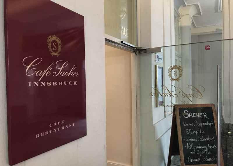 Der Eingang ins Cafe Sacher Innsbruck