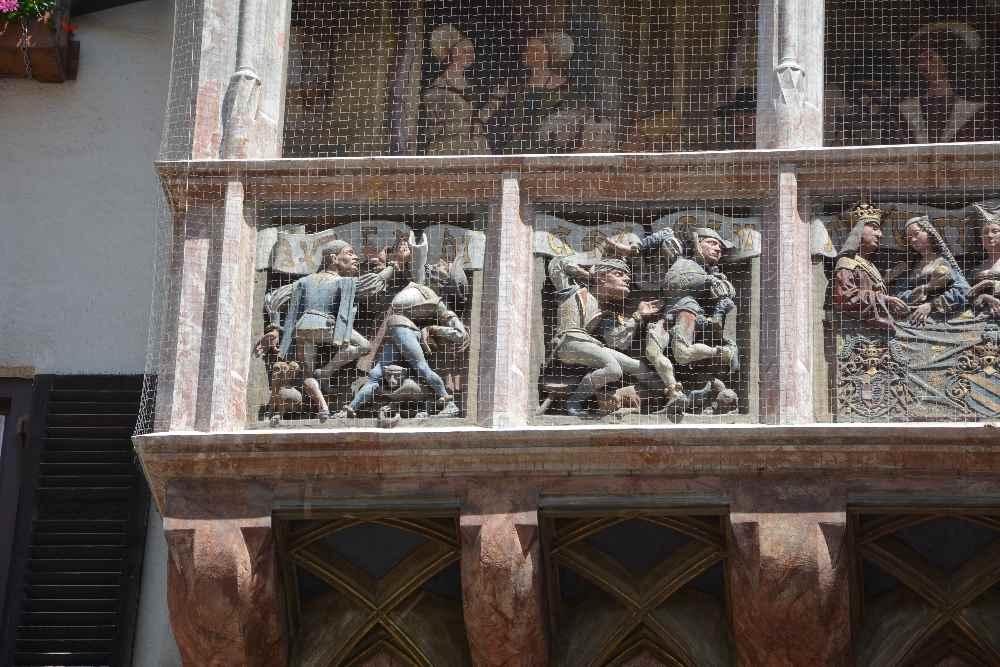 Die aufwändigen Reliefe am Erker des Goldenen Dachl