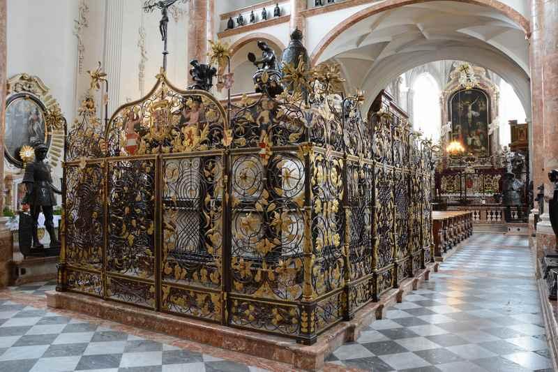 Das riesige Grab von Kaiser Maximilian in der Hofkirche Innsbruck