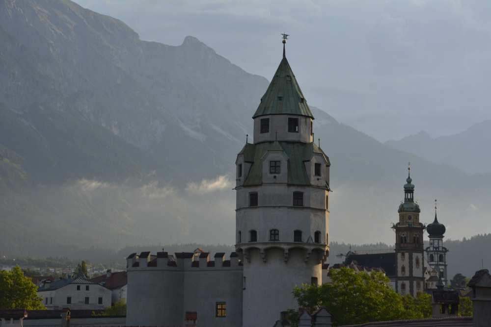 Hall in Tirol, ebenfalls Umgebung Innsbruck - mit der Burg Hasegg