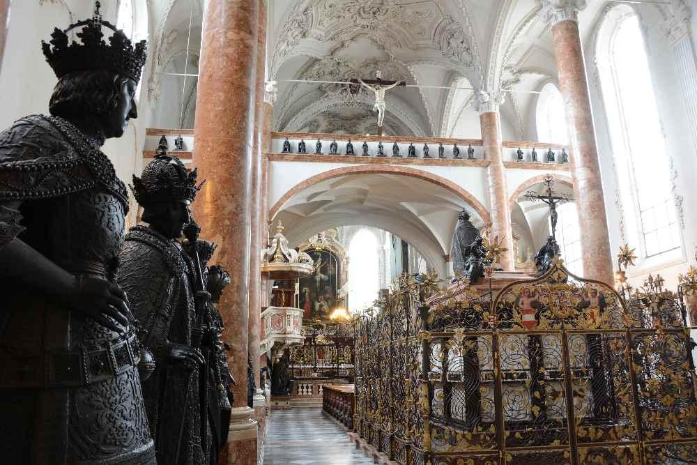 Innsbruck Altstadt - Das kaiserliche Grab von Kaiser Maximilian in der Hofkirche in Innsbruck