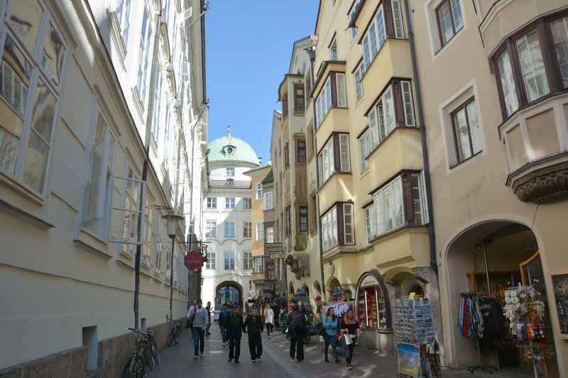 Von der Hofburg Innsbruck durch die Hofgasse schlendern