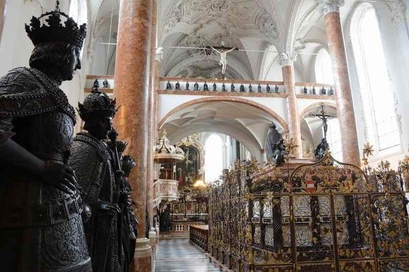 Die Hofkirche in der Altstadt Innsbruck - monumental ist das Grabmal Kaiser Maximilians, rechts im Bild