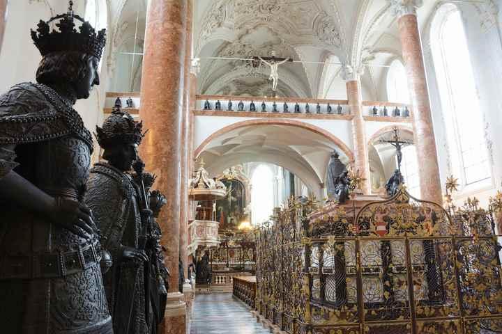 """Die Hofkirche in Innsbruck mit dem bekannten Grab und den """"schwarzen Mandern"""""""