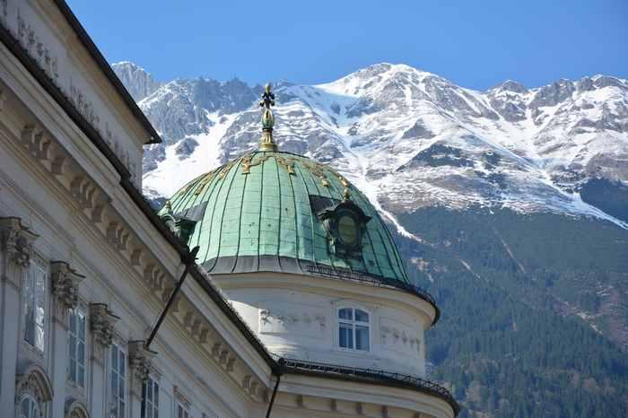 Die kaiserliche Hofburg in Innsbruck mit dem Karwendel - sie gehört zu den meistbesuchten Sehenswürdigkeiten