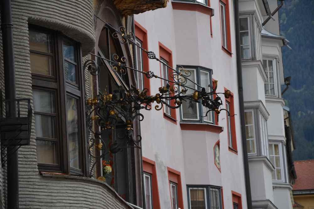 In der Innsbrucker Innenstadt gefallen mit die historischen Schilder mit den Erkern gut