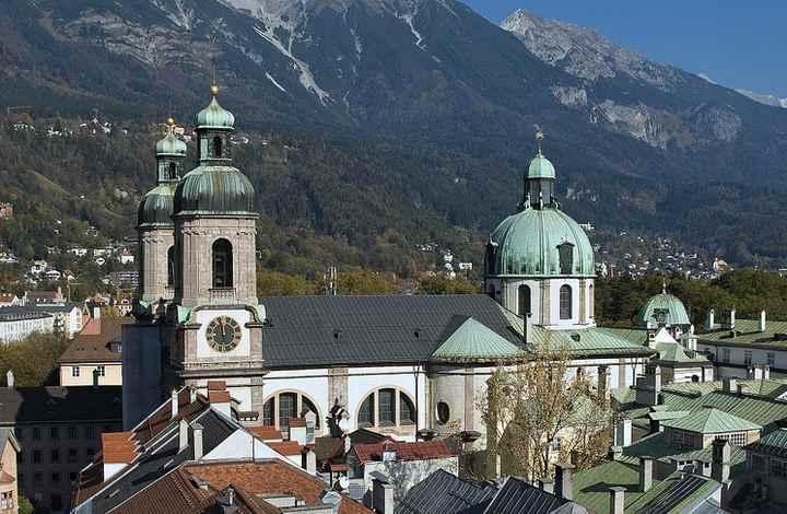 Das ist der Dom in Innsburck - St. Jakob. Hinten das Karwendel