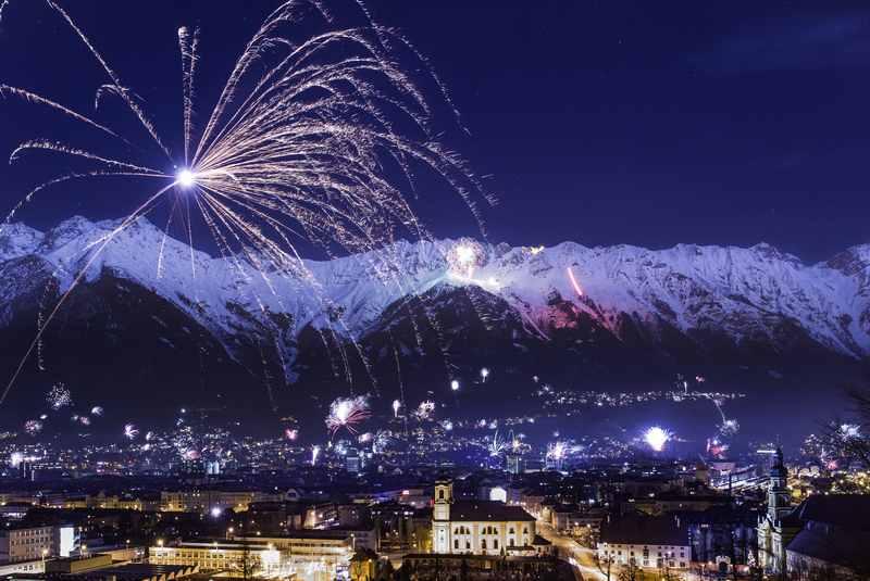 Was für eine Kulisse an Silvester: Die Altstadt Innsbruck mit der Nordkette, Karwendelgebirge