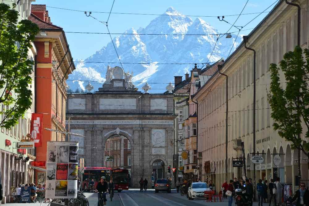 Die Triumphpforte Innsbruck - zählt zu den bekannten Sehenswürdigkeiten in Innsbruck. Der imposante Berg hinten ist die Serles.
