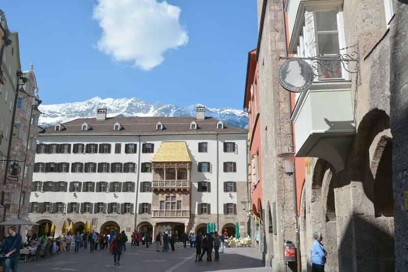 Goldenes Dachl mit dem Karwendel in der Innenstadt von Innsbruck