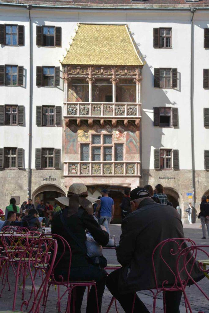 Innsbruck Altstadt: Vor dem Goldenen Dachl einen Kaffee trinken