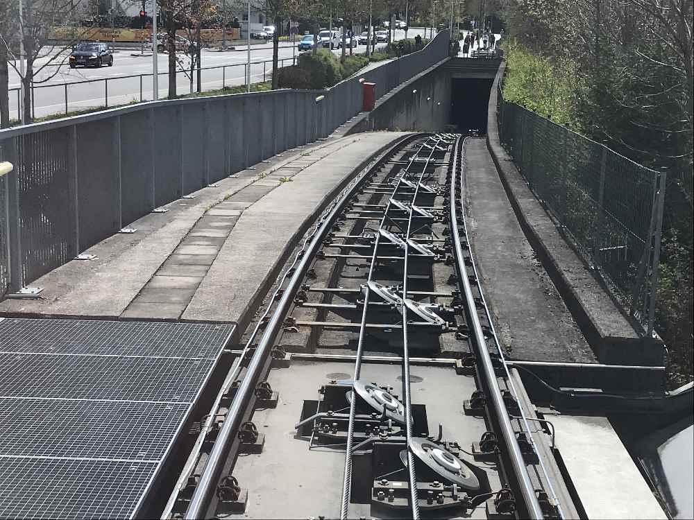 Aufwändige Bergbahn in Innsbruck: Die Hungerburgbahn wird auf Schienen mit Seil auf die Hungerburg gezogen