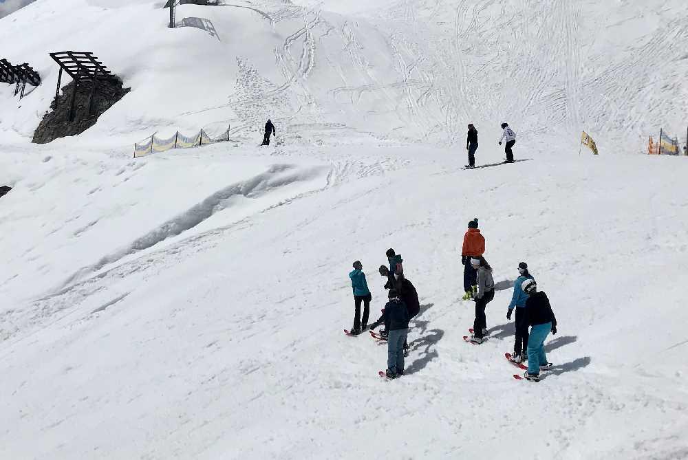 Figln Innsbruck - viele Jugendlicht treffen sich zum Firngleiten auf der Nordkette