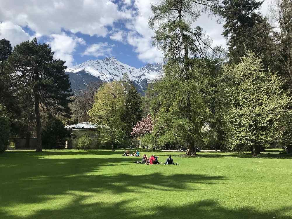 Der Hofgarten - viel Grünfläche und Blick auf die Nordkette, Karwendelgebirge