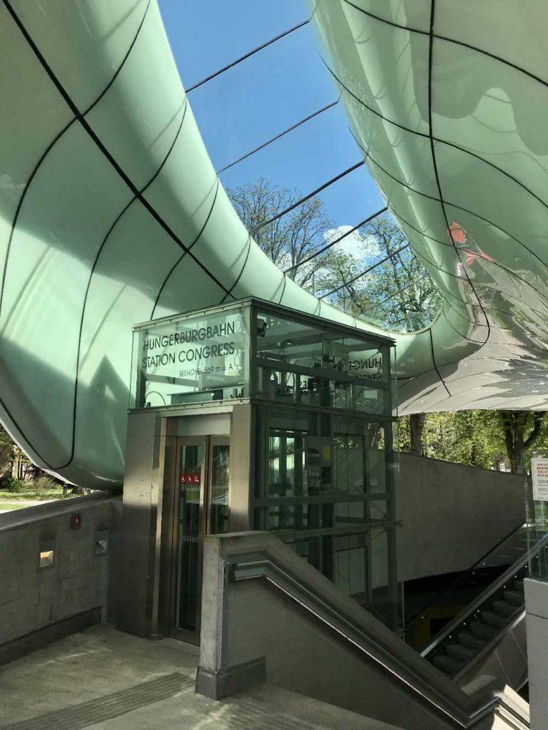 Hungerburgbahn Talstation in Innsbruck. Architektonisch anspruchsvoll, eine Sehenswürdigkeit in Innsbruck.