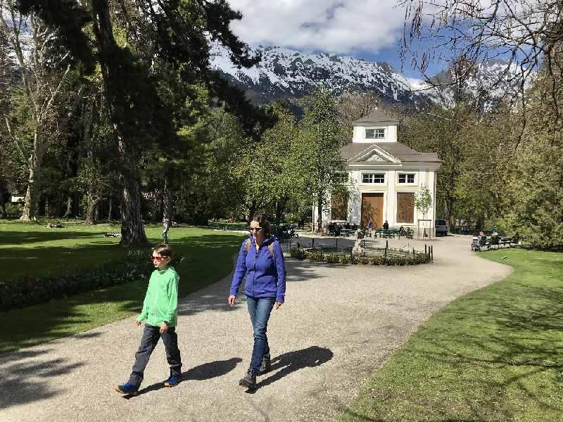 Innsbruck Park - der Hofgarten neben der Hofburg, mit Blick zum Karwendel