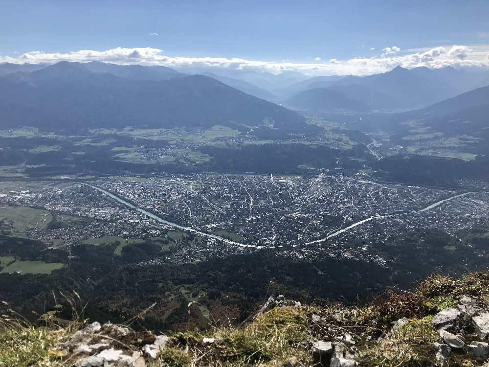 Der Blick auf die andere Seite: Von der Nordkette auf die Stadt Innsbruck mit dem Inn