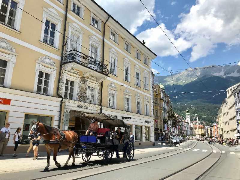 Stilecht - die Kutsche vor dem Palais Trapp Innsbruck