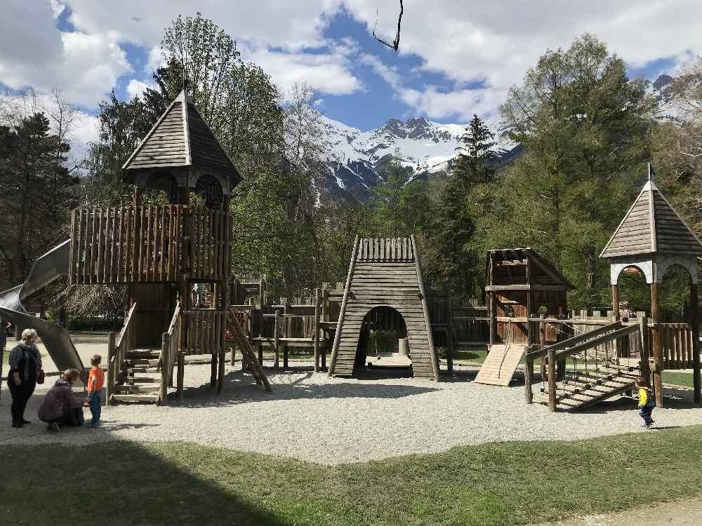 Spielplatz Hofgarten - ein riesieger Spielplatz in der Innenstadt Innsbruck mit Wasserspielplatz, Spielburg, Rutsche und Schaukeln.