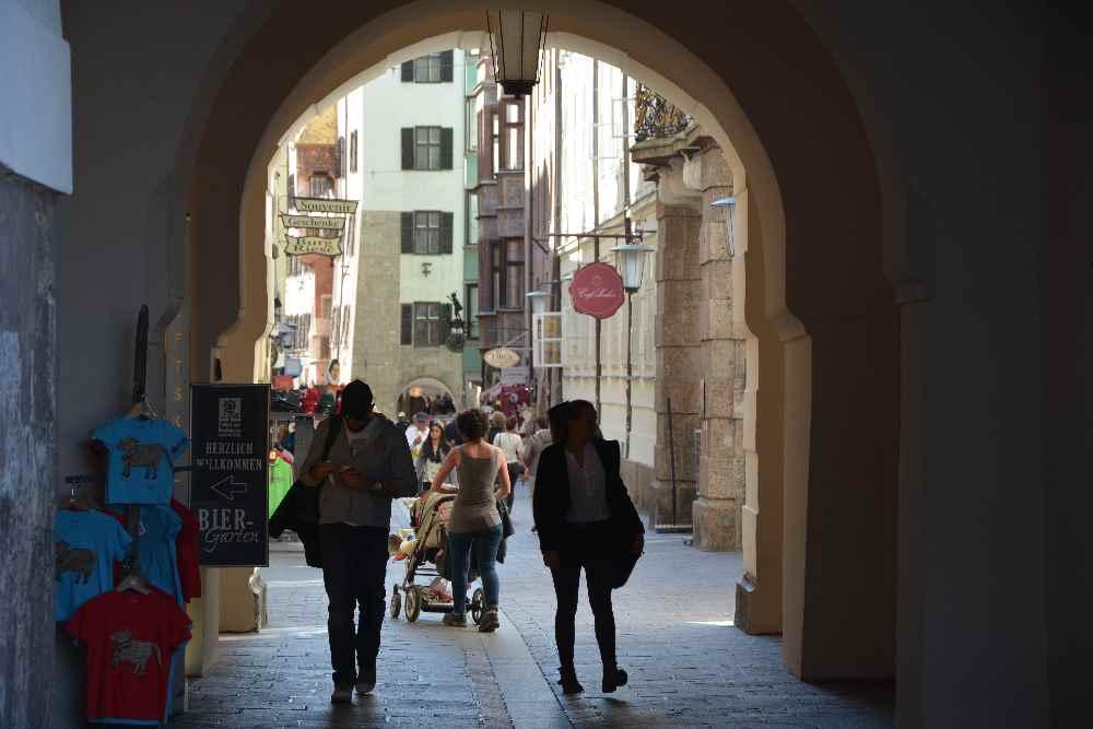 Innsbruck Fußgängerzone - stimmungsvoll ist dieser Torbogen beim Goldenen Dachl