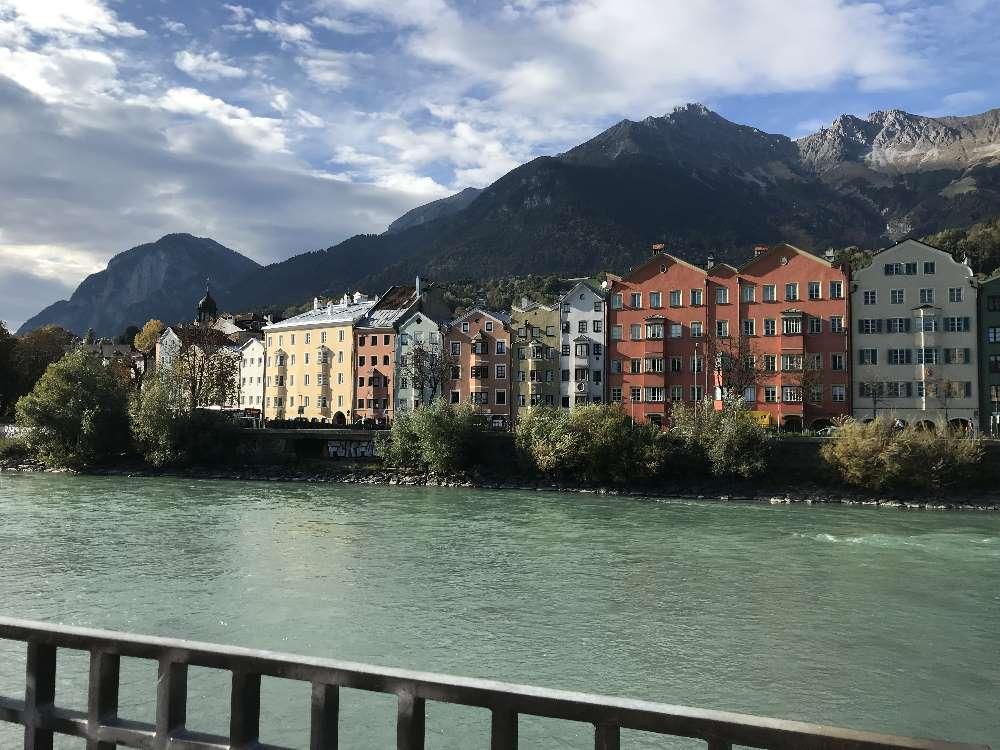Innsbruck Spaziergang mit den bunten Häusern der Mariahilfstraße