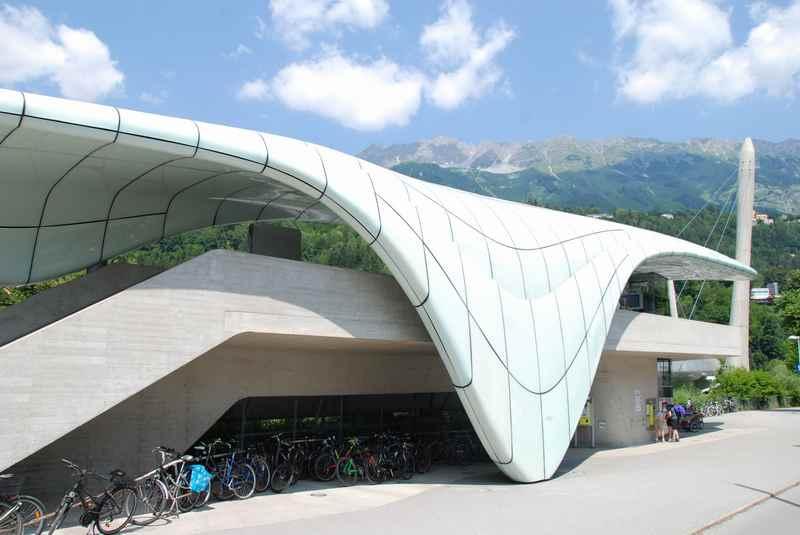 Löwenhaus Innsbruck - die moderne Haltestelle der Nordkettenbahn