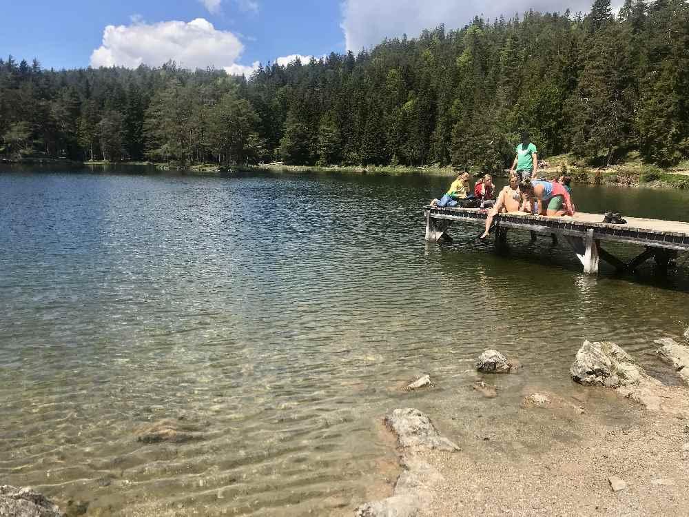 See Innsbruck: Im Möserer See schwimmen - einer der Badeseen rund um Innsbruck