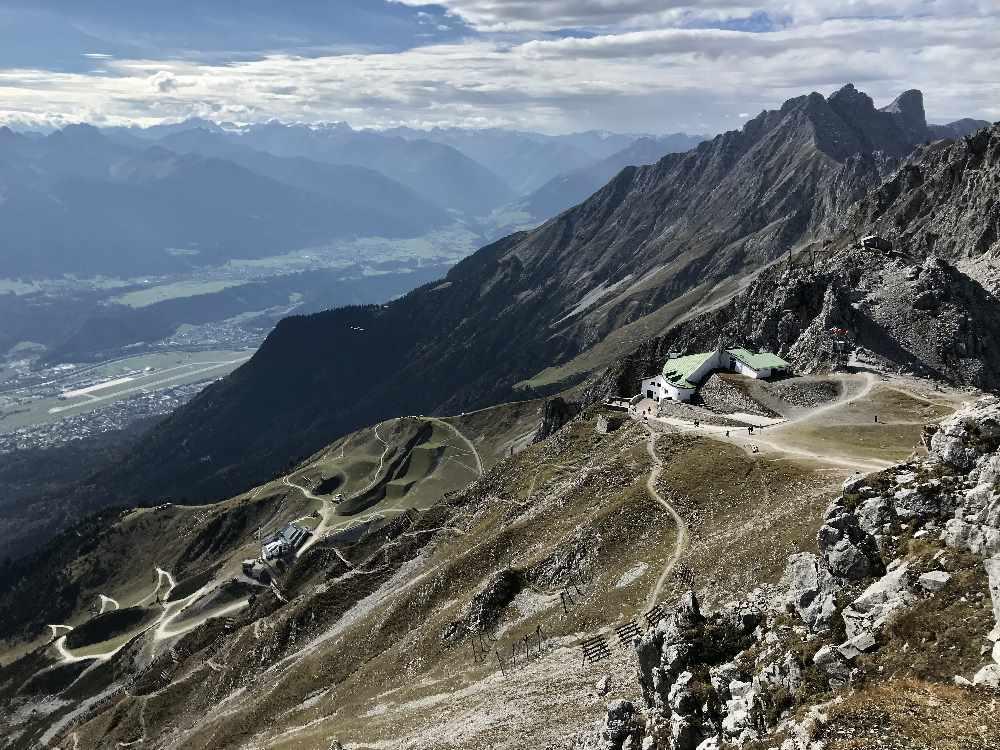 Hafelekar Innsbruck - die Bergstation, rechts der Spazierweg und das Hafelekar
