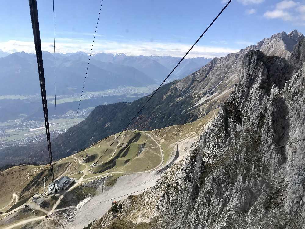Hafelekarbahn Innsbruck - oberhalb der Seegrube kommst du mit der Gondel an die Felsen