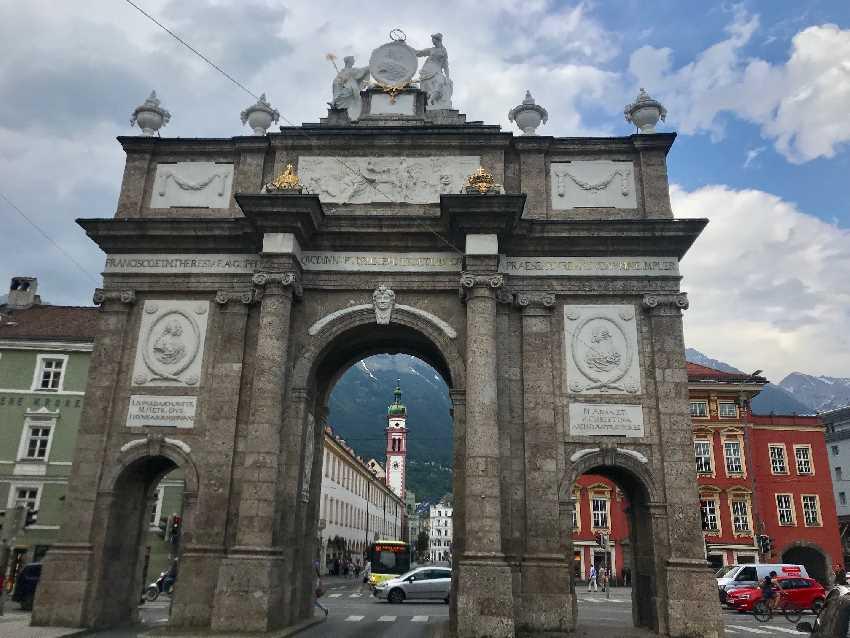 Triumphpforte Innsbruck mit Blick in Richtung Innenstadt