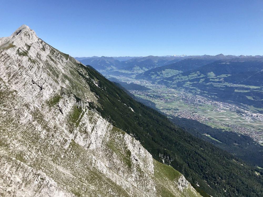 Krass diese Gegensätze: Große Karwendelspitzen, grünes Inntal und die Alpen samt Gletscher