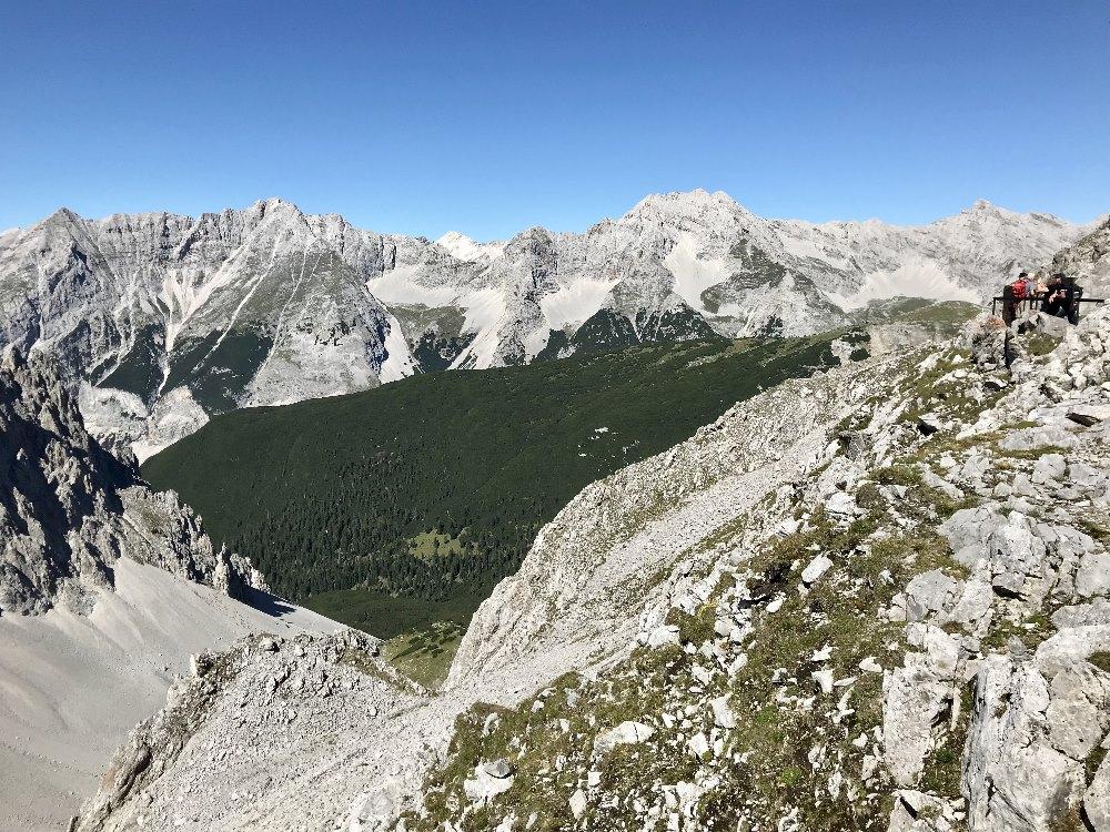 Mit der Hafelekarbahn zum Karwendelblick: Schau die Relation wie klein die Leute rechts auf der Aussichtplattform ist - so groß ist der Ausblick und die Berge