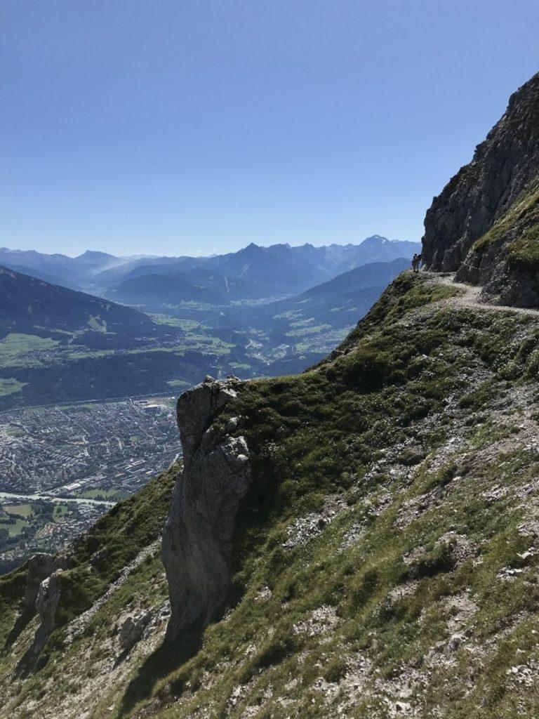 Innsbruck wandern Nordkette: Schau dir mal die Dimensionen an - siehst du die kleinen Wanderer am Weg?