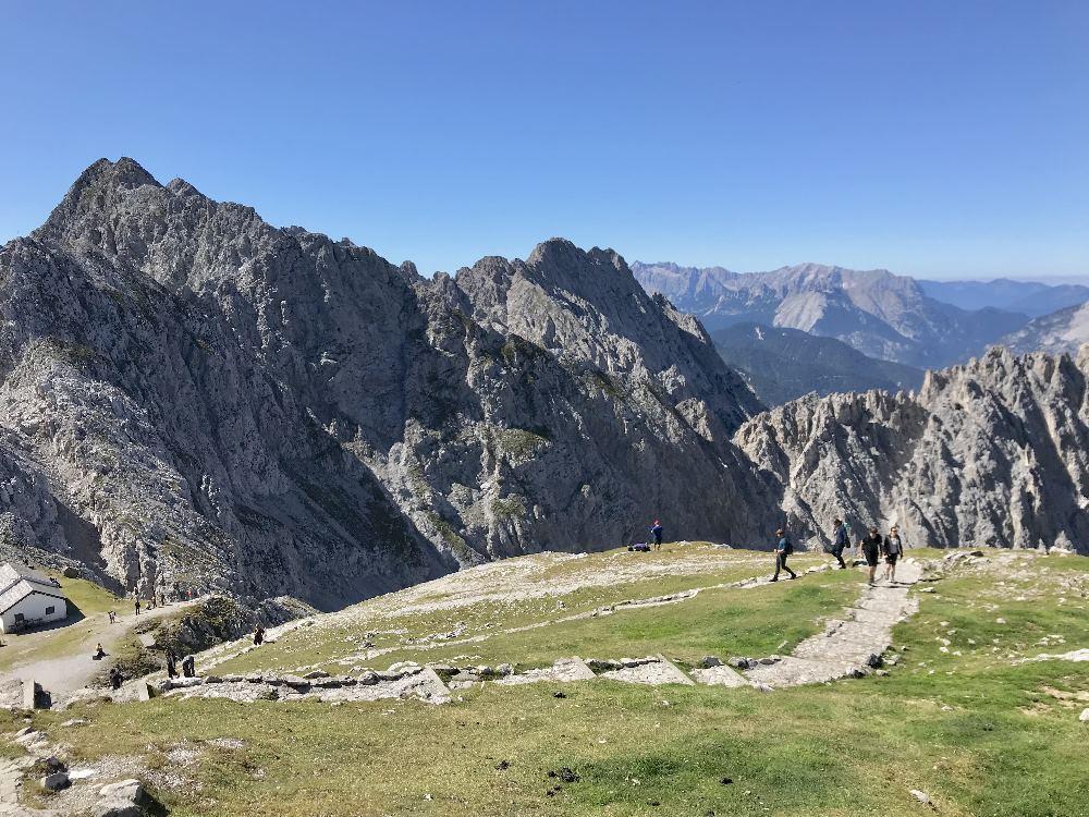 Erst vom Hafelkar kannst du über die Gipfel ins Karwendel hinein schauen, bis zum Wettersteingebirge, wo die Zugspitze ist