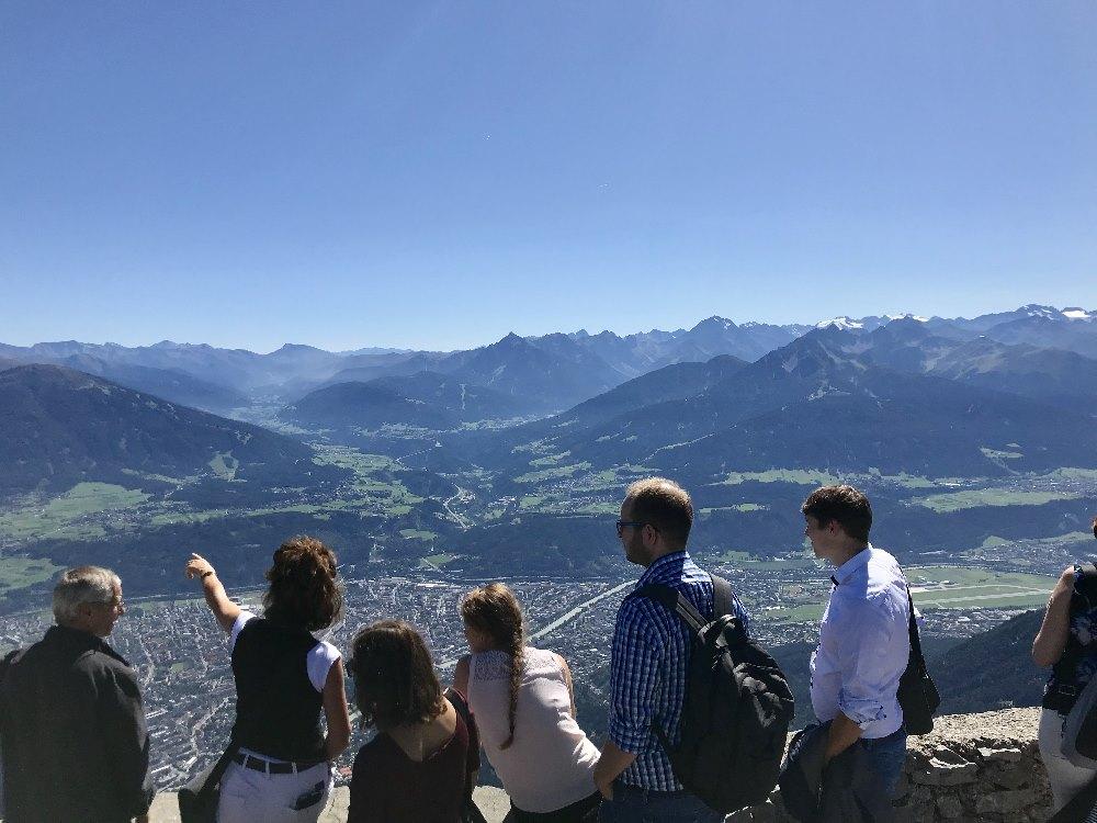 Innsbruck Altstadt - das ist der Ausblick von der Aussichtskanzel am Hafelekar über die Stadt und nach Südtirol