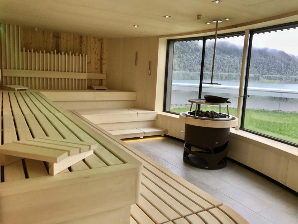Im Atoll Achensee bei Regen wohlfühlen: Die Sauna in der Umgebung Innsbruck, mit Blick auf den See