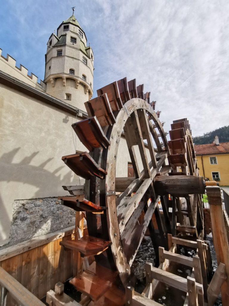 Ausflugsziele Innsbruck: Das große Wasserrad neben dem Münzturm bei der Burg Hasegg