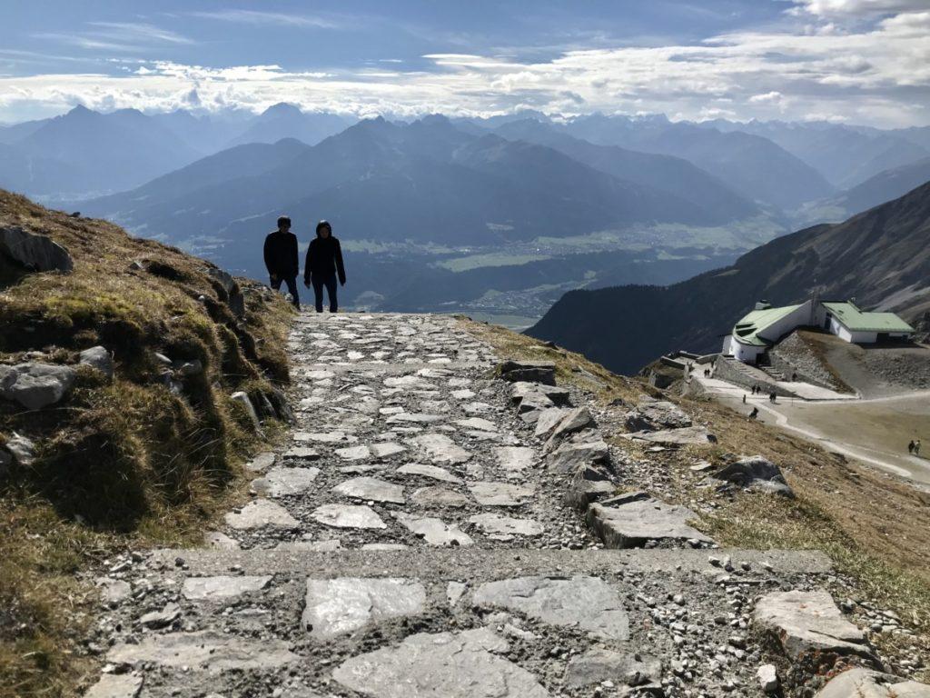 Hafelekarspitze wandern - das ist der leichte Weg von der Bergbahn zum Gipfelkreuz