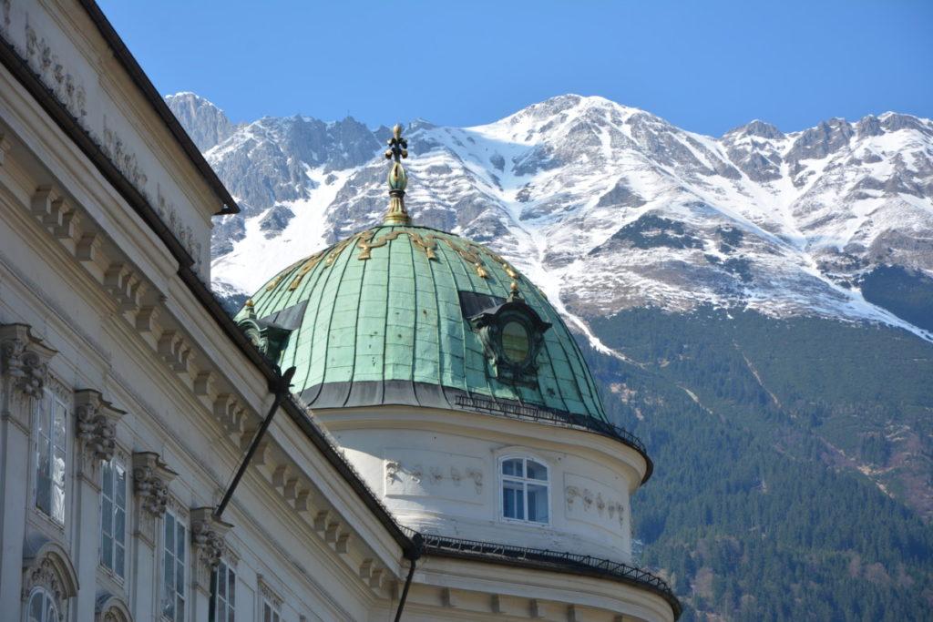 Das ist die Nordkette von der Hofburg gesehen - findest du die Bergstation am Hafelekar?
