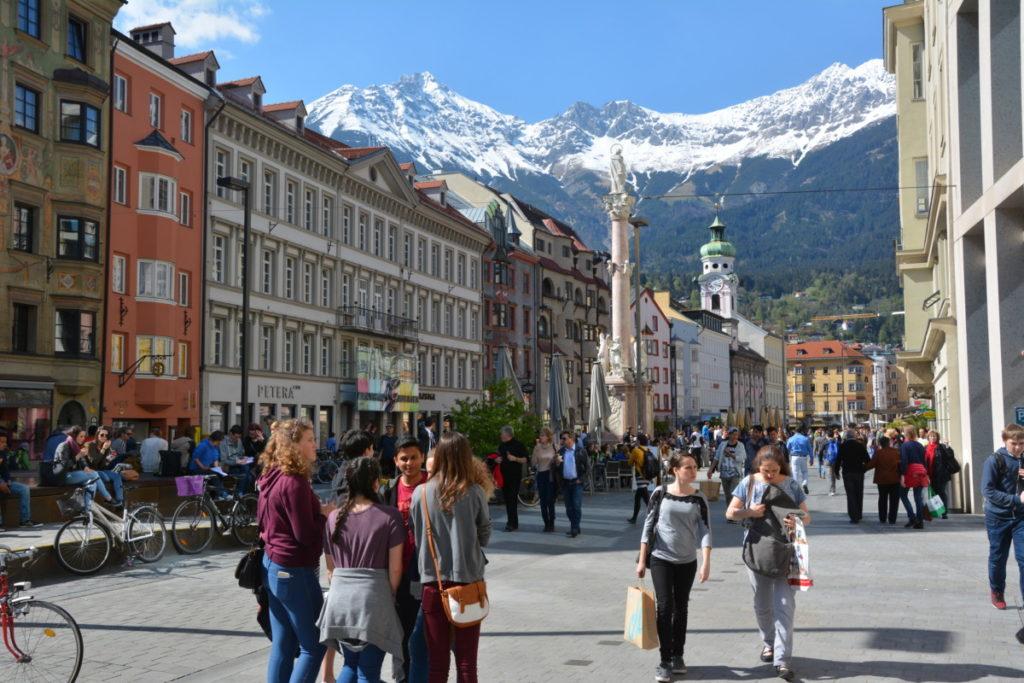 Die Nordkette prägt auch das Bild in der Altstadt Innsbruck