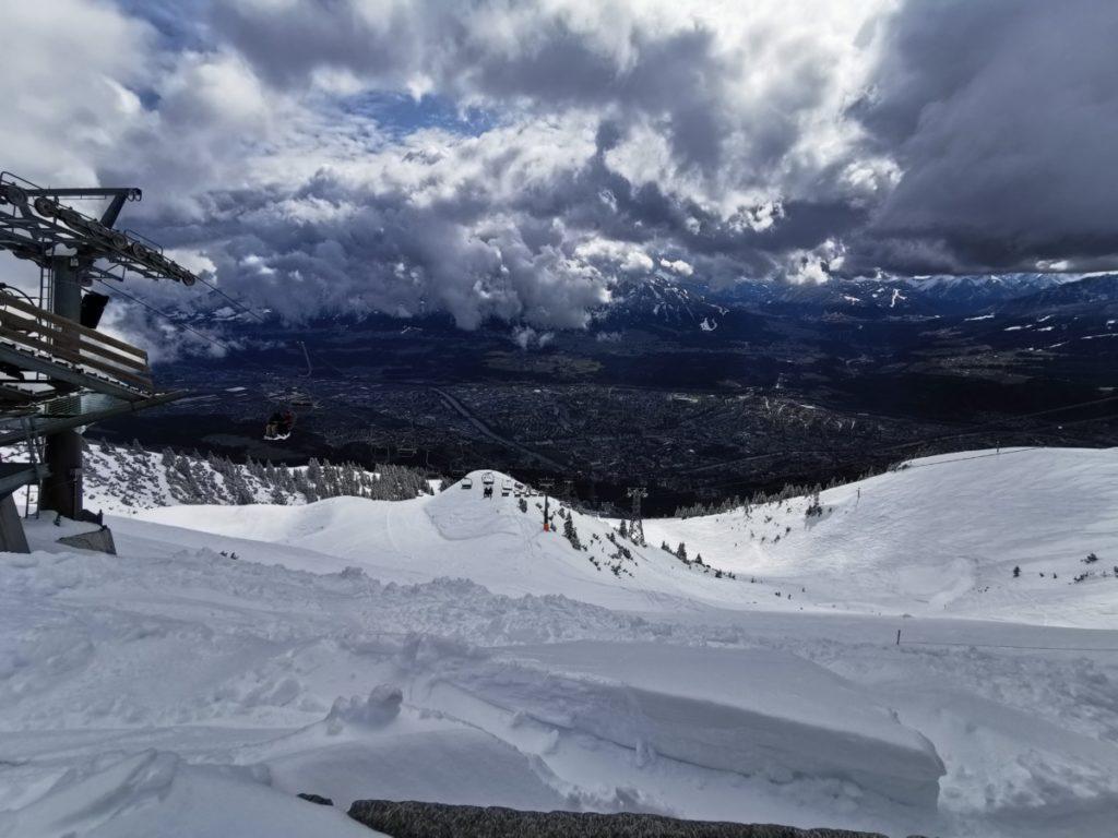 Skigebiet Innsbruck - Abfahrt im Powder auf der Seegrube mit Blick auf die Stadt