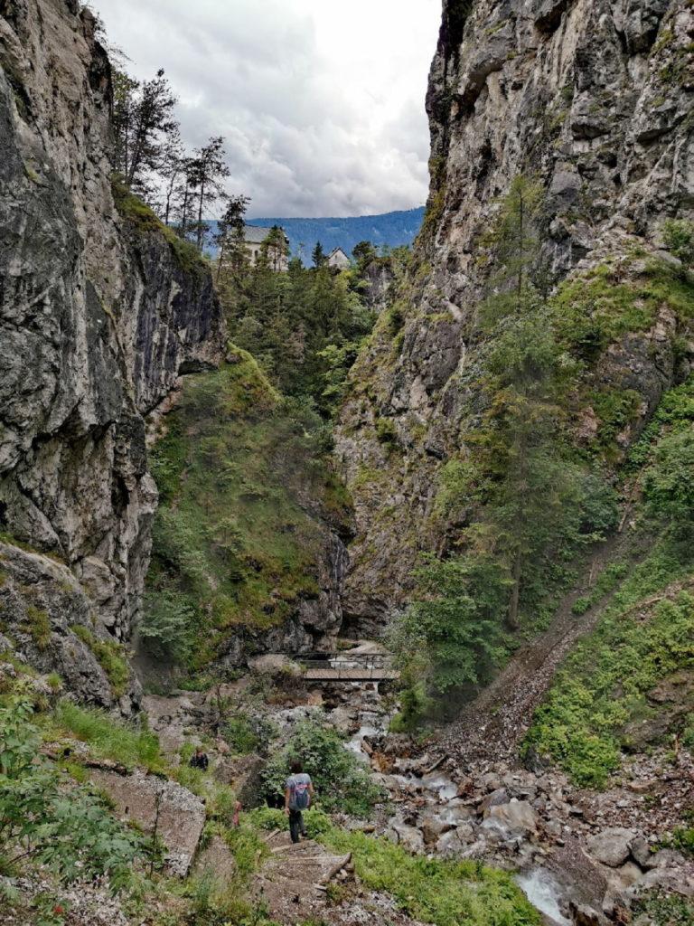 Blick aus der Ehnbachklamm auf den Kalvarienberg in Zirl samt Kirche