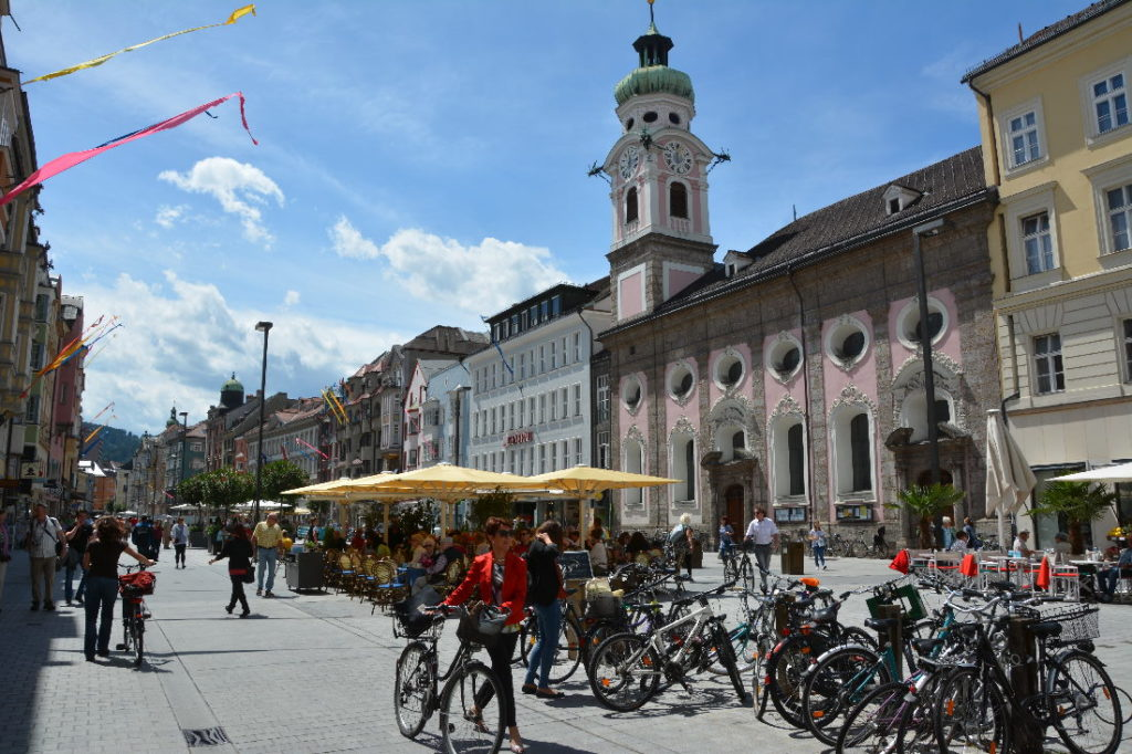 Die Altstadt in Innsbruck bei der Annasäule