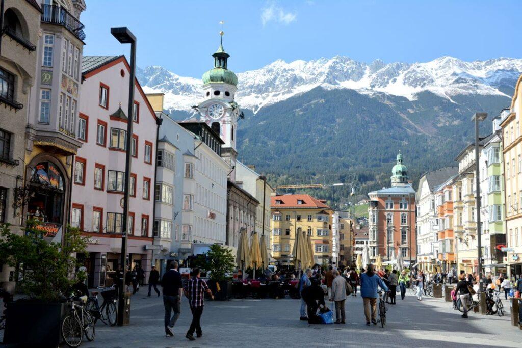 Die prächtige Maria-Theresien-Straße in Innsbruck, hinten das schneebedeckte Karwendelgebirge