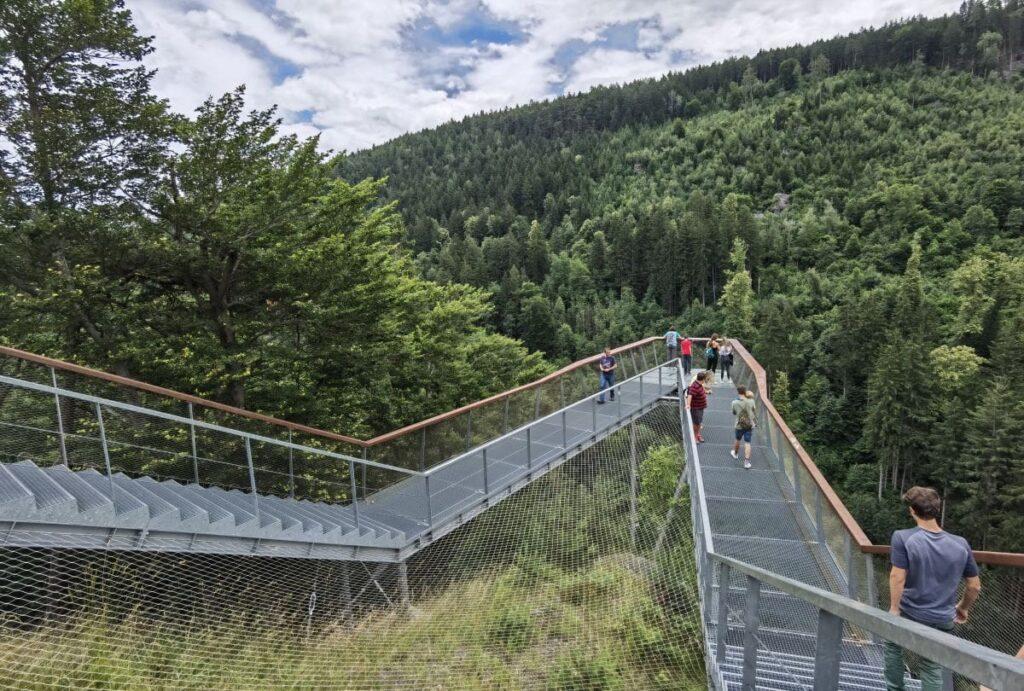 V-förmige Aussichtsplattform beim Drachenfelsen Innsbruck oberhalb der Sillschlucht