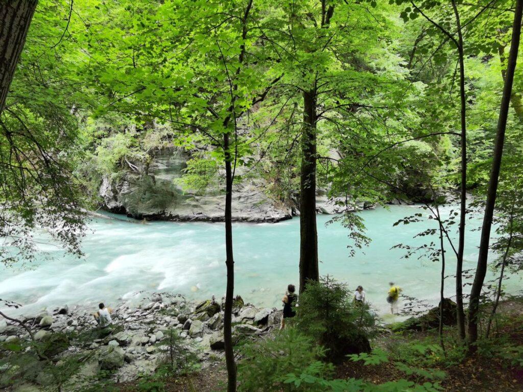 Türkisblau schimmert das Wasser der Sill in der Sillschlucht bei Innsbruck
